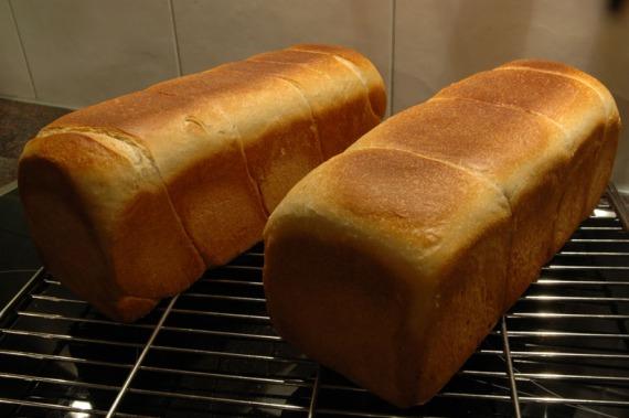 Zwei frische Toastbrote, li. mit dem 2-Strang-Verfahren, re. mit dem 4-Pieces-Verfahren